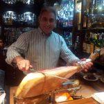 miguel dueño de castellana 113 lounge & bar cortando jamón de bellota